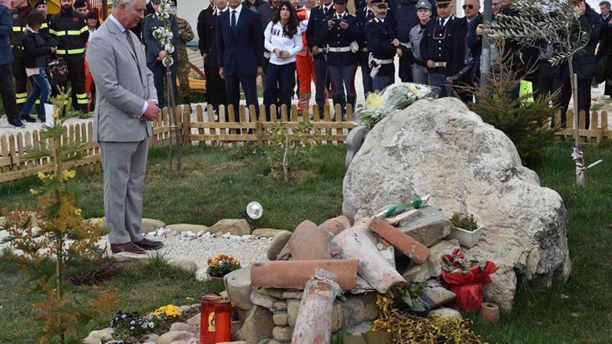 El príncipe de Gales visitó Amatrice, localidad devastada en los seísmos de 2016