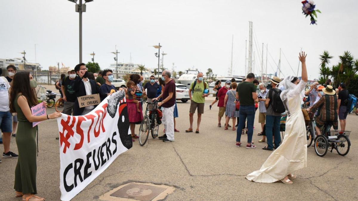 Una performance en el Puerto de València simula una bora para protestar contra el reinicio de la actividad de cruceros.