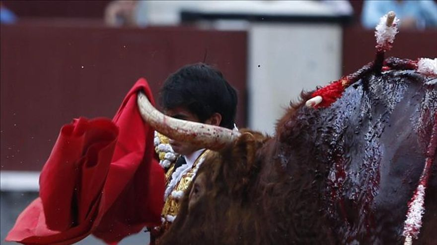 En España los menores pueden acceder a las plazas y ver corridas de toros en horario infantil en televisión. / Efe