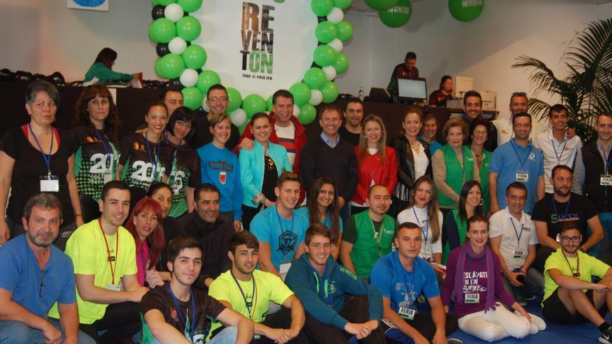 Sergio Rodríguez junto a voluntarios y organizadores de la prueba.