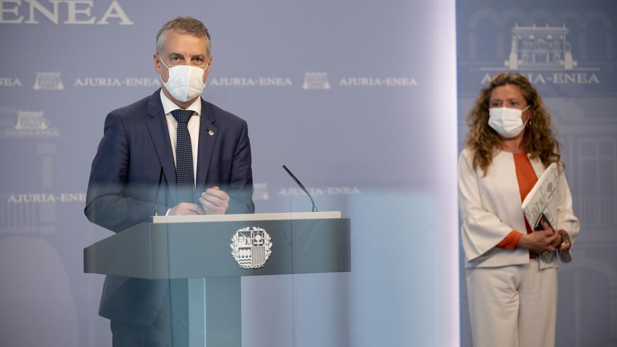 El lehendakari, Iñigo Urkullu, con la consejera de Salud, Gotzone Sagardui, tras la adopción de nuevas medidas