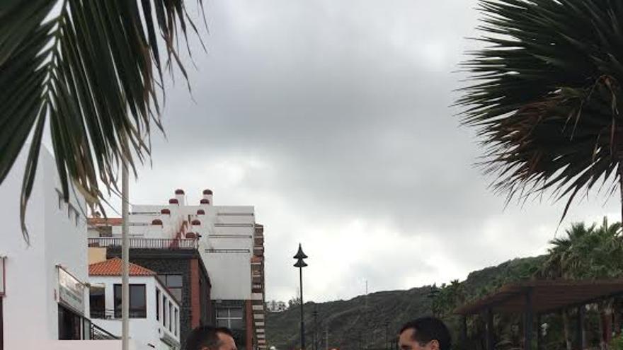 El alcalde de Breña Baja, con dos miembros de su equipo, en el núcleo turístico de Los Cancajos.