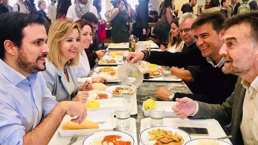 Alberto Garzón comiendo en Granada