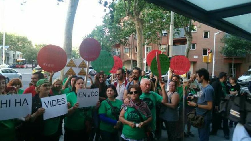 La PAH concentrada a las puertas del mitin de Rajoy antes de los incidentes / @LA_PAH