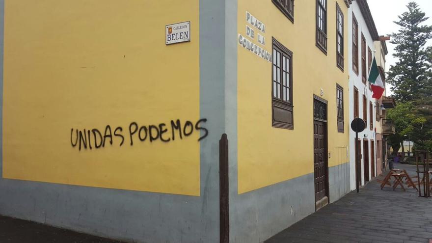 Pintada sobre edificios protegidos de La Laguna a nombre de Unidas Podemos.
