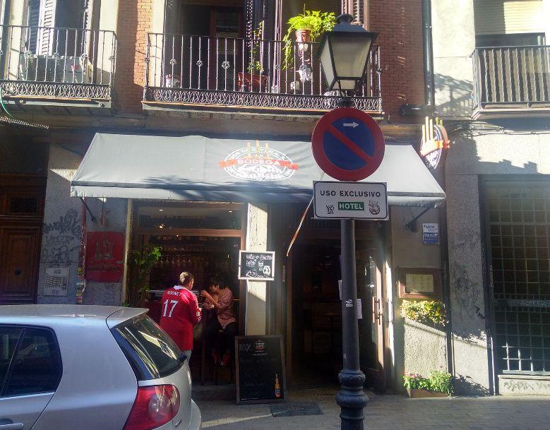 Bar de la calle Pez en el que intentaron entrar la madrugada del miércoles