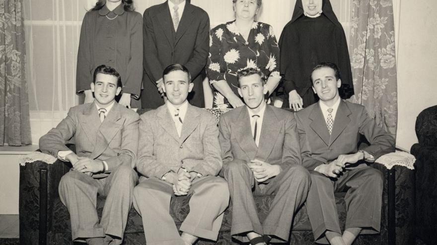 Fotografía de la familia Laxalt-Alpetche después de la SGM; Sentados, de izquierda a derecha: Peter, Paul, John, y Robert; De pie: Marie, Dominique Laxalt, Therèse Alpetche, y Suzanne. (Cortesía de University of Nevada Libraries Online Digital Collections, University of Nevada, Reno).