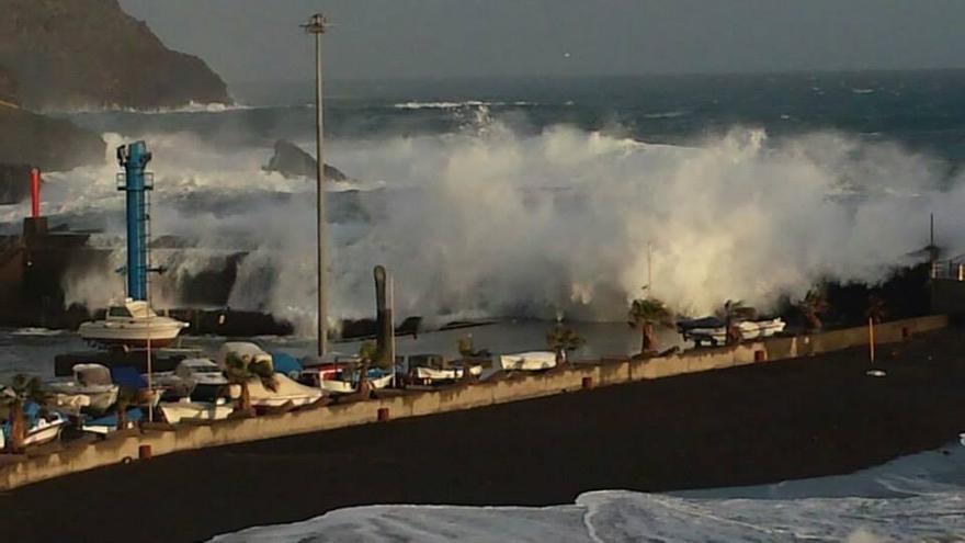 El mar, este sábado, bate con fuerta en Puerto Espíndola, en la costa de San Andrés y Sauces. Foto: BOMBEROS LA PALMA.