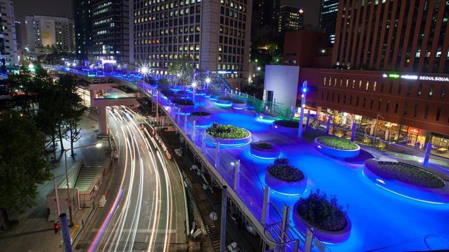 Un parque flotante y 30.000 zapatos redibujan el centro de Seúl