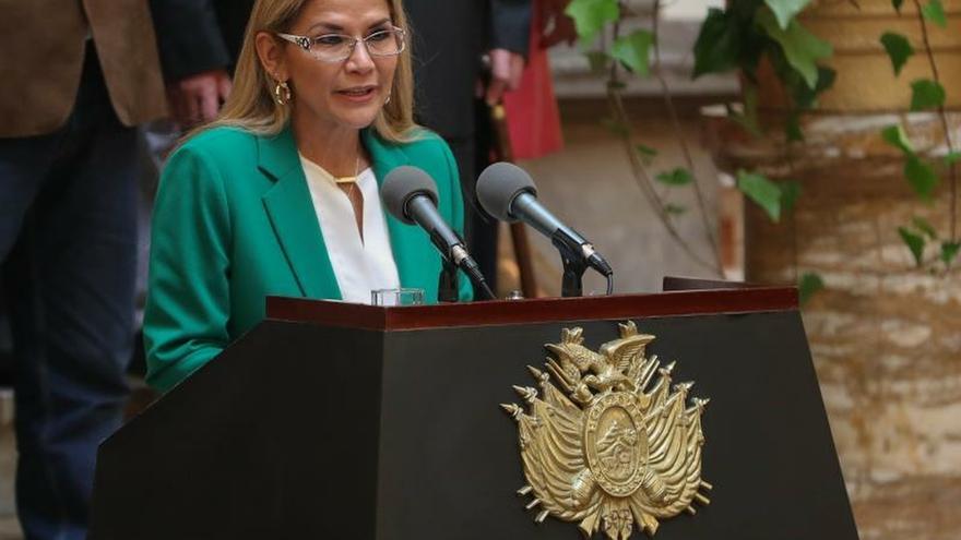 """La presidenta interina boliviana, Jeanine Áñez, da un discurso en el Palacio de Gobierno donde indicó que Bolivia se libró de """"un destino como el de Venezuela"""" al acabar con la """"violencia"""" y la """"corrupción"""" de la era de Evo Morales en el poder, este miércoles, en La Paz (Bolivia)."""