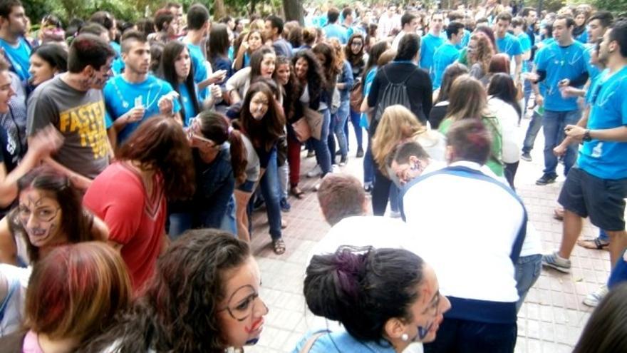 Novatadas a los jóvenes universitarios en el Paseo de Cánovas de Cáceres