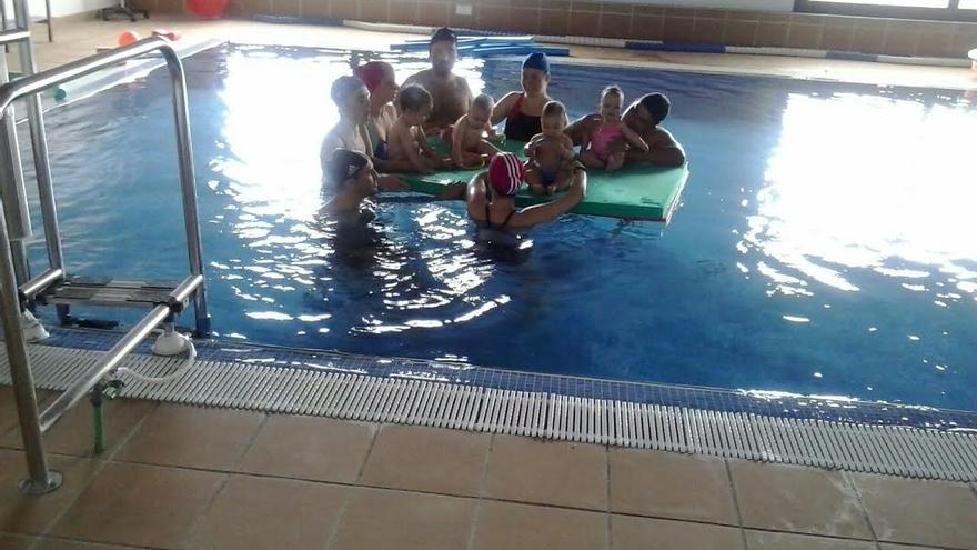 A través de la Asociación NEP se imparte terapia acuática, además de a los socios de la entidad, a usuarios externos, entre los que figuran nueve grupos de adultos y dos de bebés. Foto: Fundación CajaCanarias.