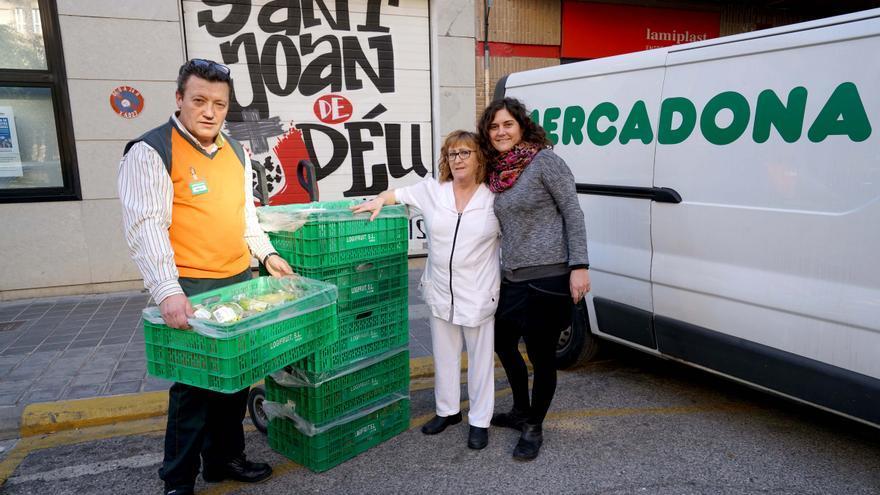 Emilio, repartidor de Mercadona, junto a Emilia y Rosa, trabajadoras de Sant Joan de Déu Serveis Socials durante una de las entregas