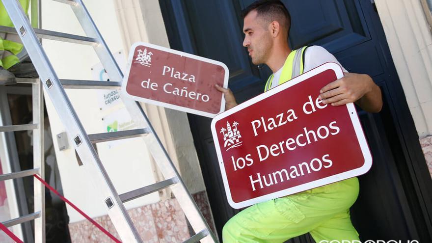 Cambio de rótulo en la Plaza de Cañero por el de Plaza de los Derechos Humanos | ÁLEX GALLEGOS