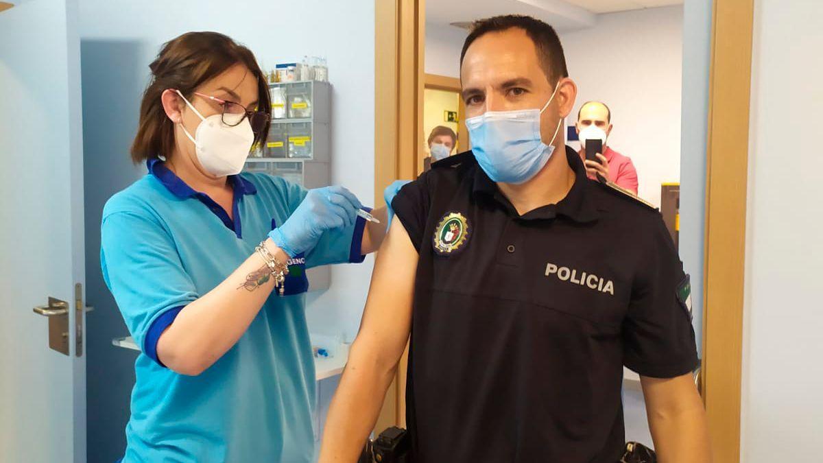 Segunda vacuna a personal esencial en Córdoba capital.