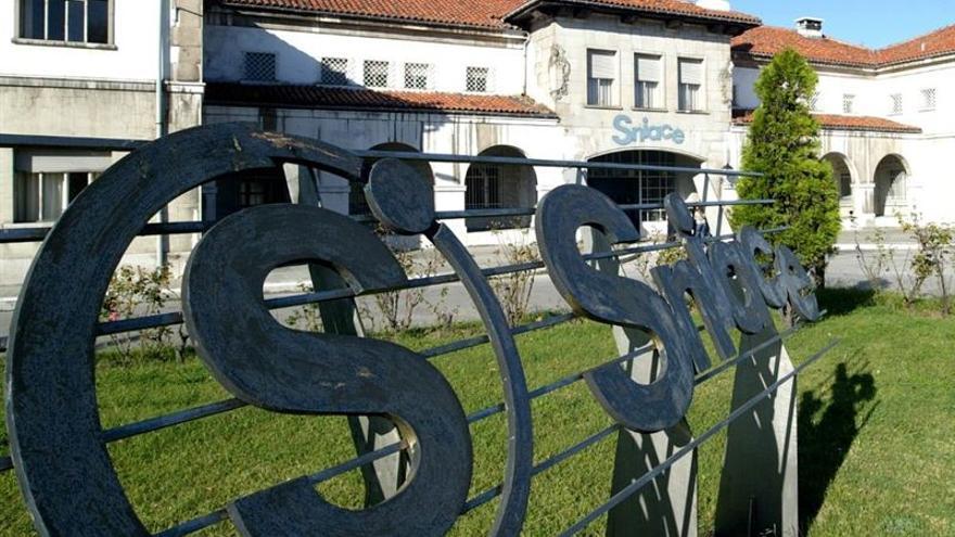 El comité de empresa y la dirección general de Sniace negocian la reapertura de las fábricas de Torrelavega.