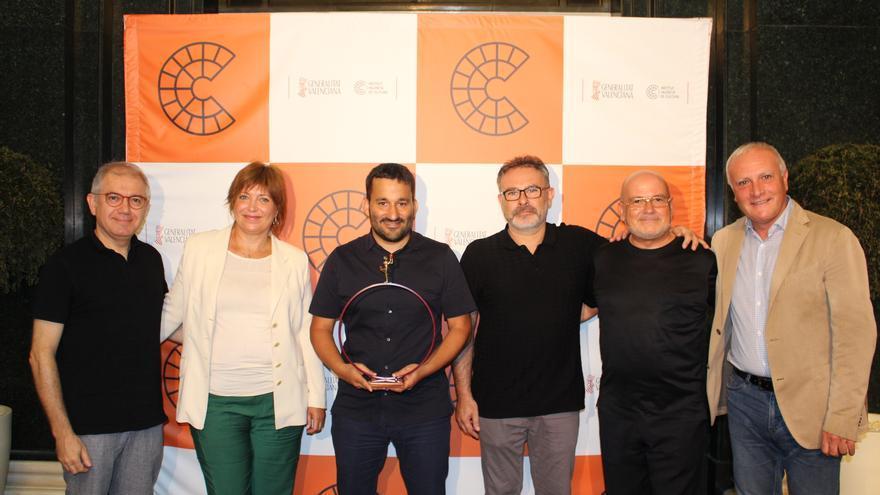 Els participants en la presentació, entre ells el conseller Vicent Marzà, amb l'escultura de Boix realitzada per als premis de les arts escèniques.