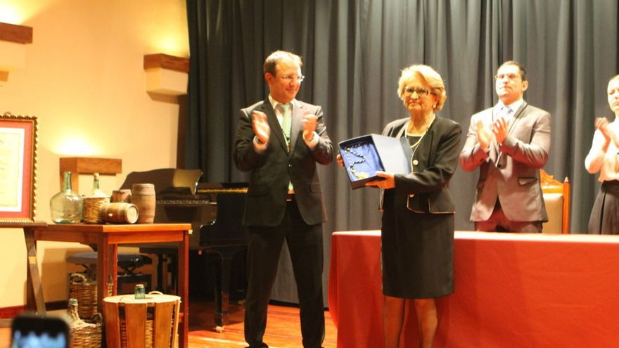 El alcalde, Sergio Rodríguez, y la esposa del homenajeado, Juana Vera Gloria.
