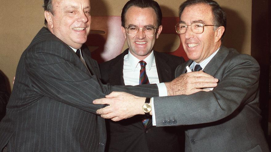 Manuel Fraga abraza al candidato de Alianza Popular (AP) a las elecciones europeas, Marcelino Oreja en la sesión de clausura del IX Congreso de AP, en presencia de Antonio Hernández Mancha. EFE/J. Cuadrado.