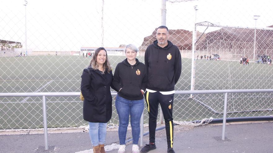 Idaira Afonso junto al presidente del club, David Perdomo, y la tesorera, Mónica Alonso.