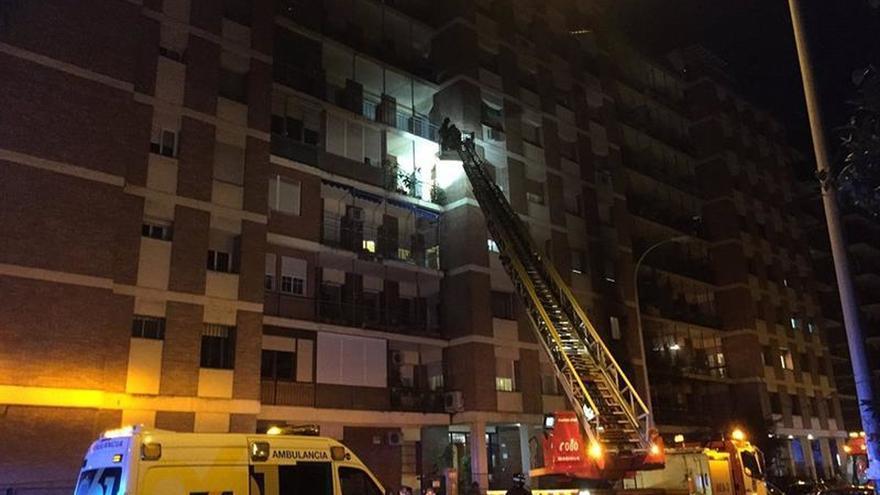 Dos ancianas mueren en un incendio en un bloque de pisos de Sevilla
