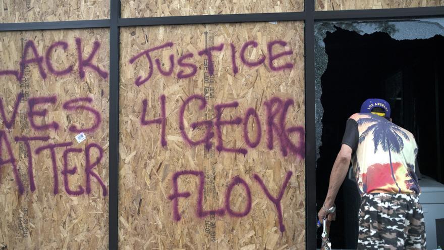 Pintadas pidiendo justicia tras la muerte por asfixia de George Floyd bajo custodia policial