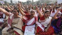 26 de diciembre de 2019, India, Guwahati: las mujeres gritan consignas durante una protesta contra la ley de ciudadanía.