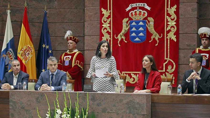 La presidenta del Parlamento de Canarias, Carolina Darias (c) presidió el acto con motivo de la conmemoración del 38 aniversario de la Constitución Española. EFE/Cristóbal García