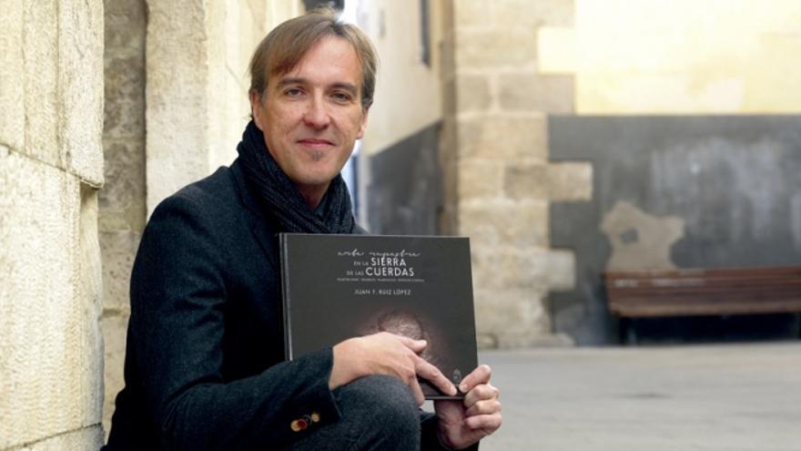 El profesor Juan Franciso Ruiz López a las puertas del Museo Provincial, donde se ha presentado recientemente su nuevo trabajo. Foto: Saúl García