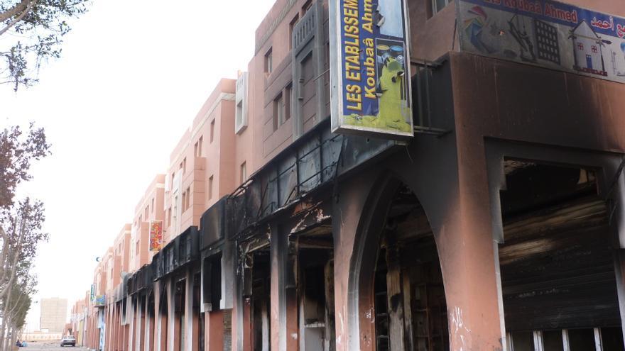 Local comercial marroquí quemado por activistas saharauis en pleno estallido de violencia tras el desmantelamiento por fuerzas marroquíes del campamento de protesta saharaui Gdeim-Izik en las afueras de El Aaiún, noviembre de 2010. Foto de Amnistía Internacional