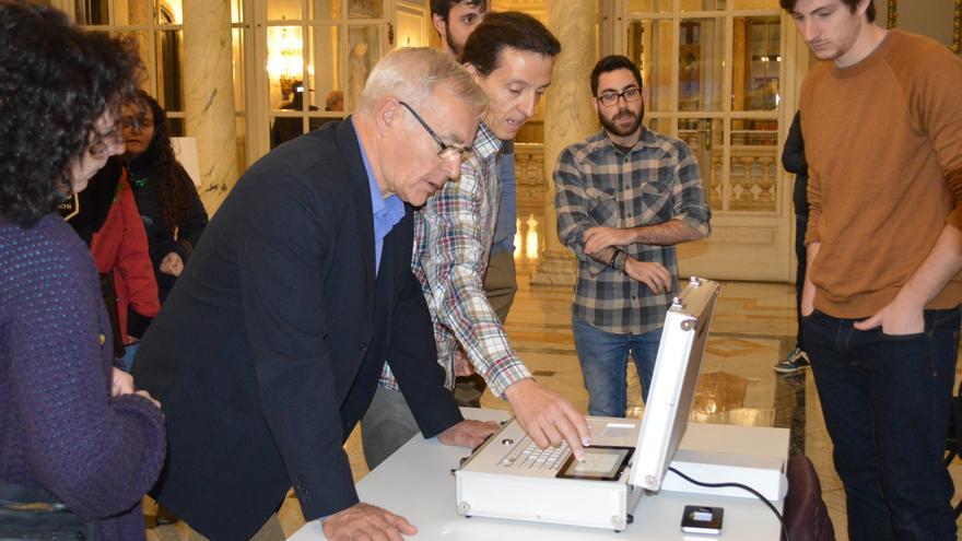 El alcalde de València, Joan Ribó, probando este martes las urnas digitales