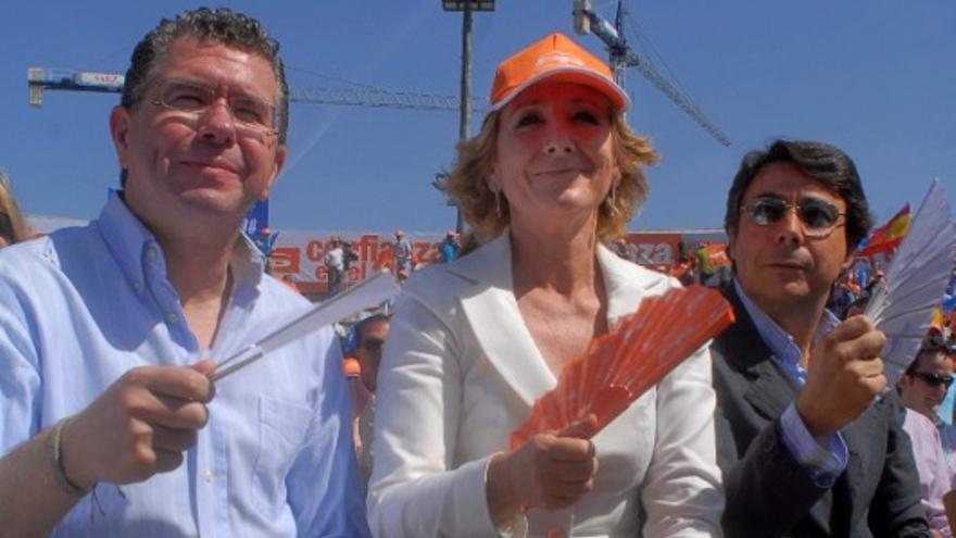 Esperanza Aguirre, escoltada por Francisco Granados e Ignacio González, en un mitin del PP en 2007