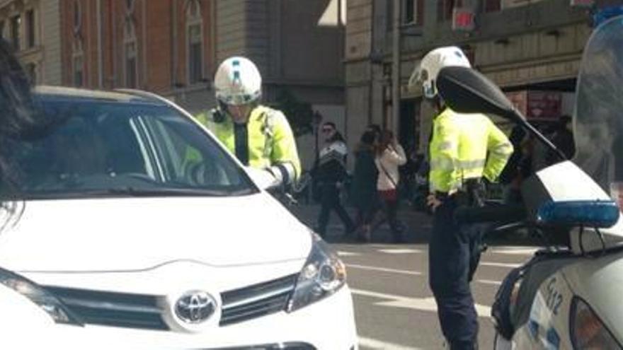 Coche detenido en Gran Vía (foto compartida en Twitter por @jatgoitibera)