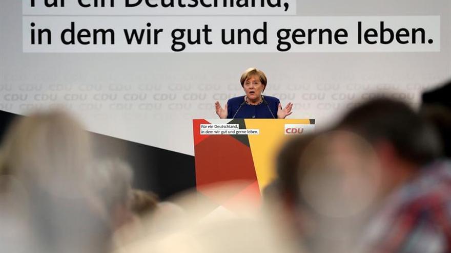 Merkel recuerda a Turquía que Alemania no detiene a periodistas y opositores