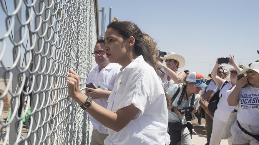 Alexandria Ocasio-Cortez, durante una protesta en Tornillo, Texas, el pasado 24 de junio. Durante la manifestación, los activistas pedían que las autoridades dejasen de separar a los niños de sus padres