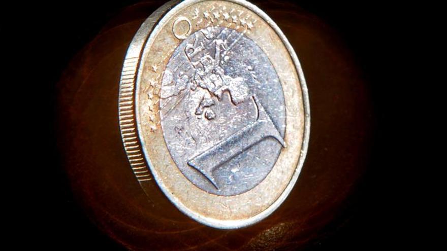 El euro baja a 1,2372 dólares a media jornada
