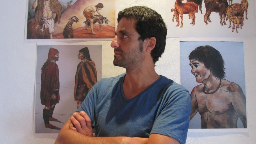 Luis E. Fierro junto a sus acuarelas en la sala del Colegio de Abogados. Foto: LUZ RODRÍGUEZ