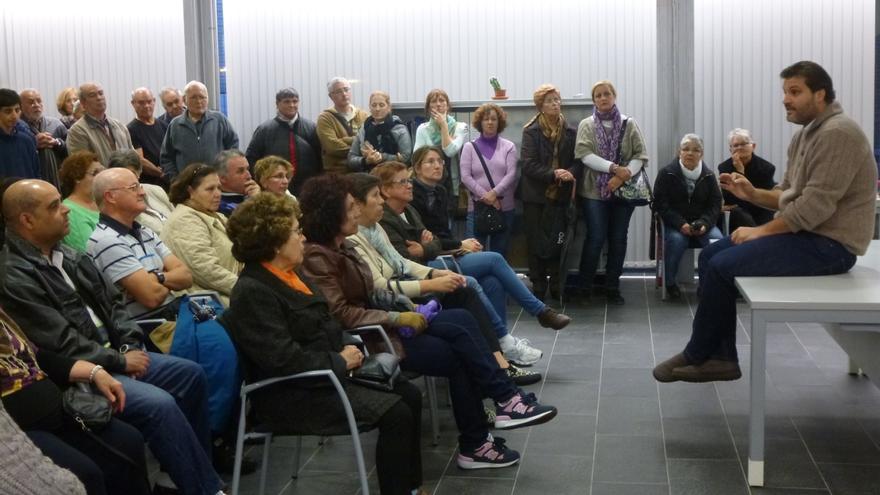 El concejal de Urbanismo, José Ángel Martín, en la reunión con los vecinos del Distrito de Anaga.
