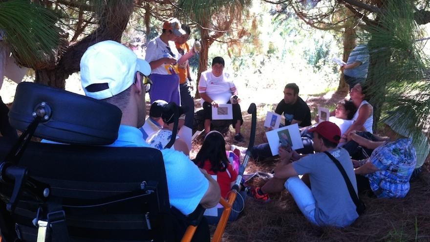 Con una silla adaptada es posible impartir talleres en el bosque. / Avafes Canarias