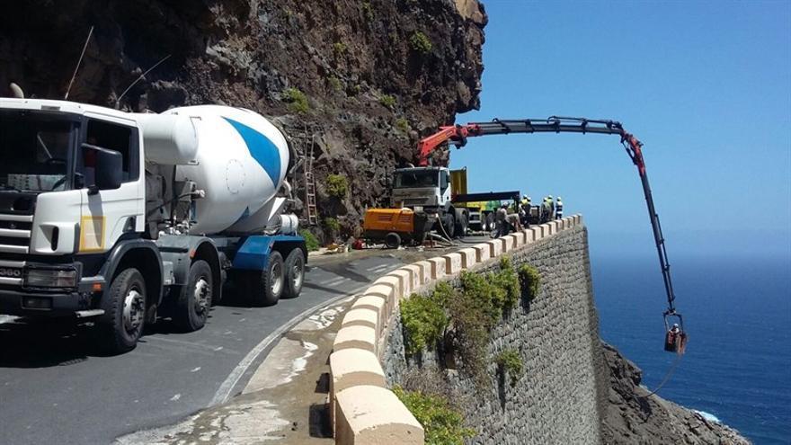 Operarios reparando el talud tras el derrumbe de la carretera de Teno, Tenerife