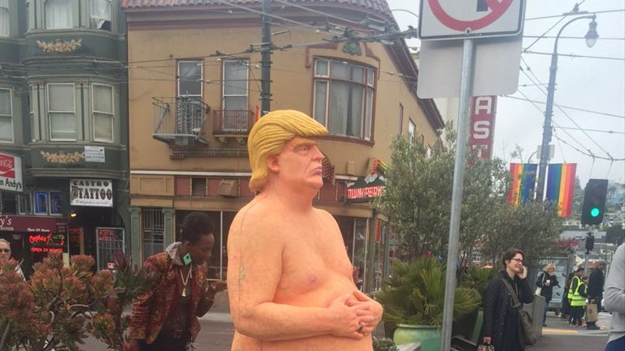 La estatua del grupo anarquista Indecline donde caracterizan a Donald Trump desnudo   Twitter: @ollymoss
