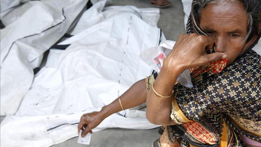 Los muertos por el derrumbe en Bangladesh se acercan a los 700