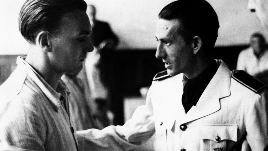 El entonces Consejero Nacional y miembro de la Junta Política, Dionisio Ridruejo (derecha), visita en el Hospital Mola de San Sebastián a combatientes de la División Azul en 1942. Efe / FOTOCAR / nr