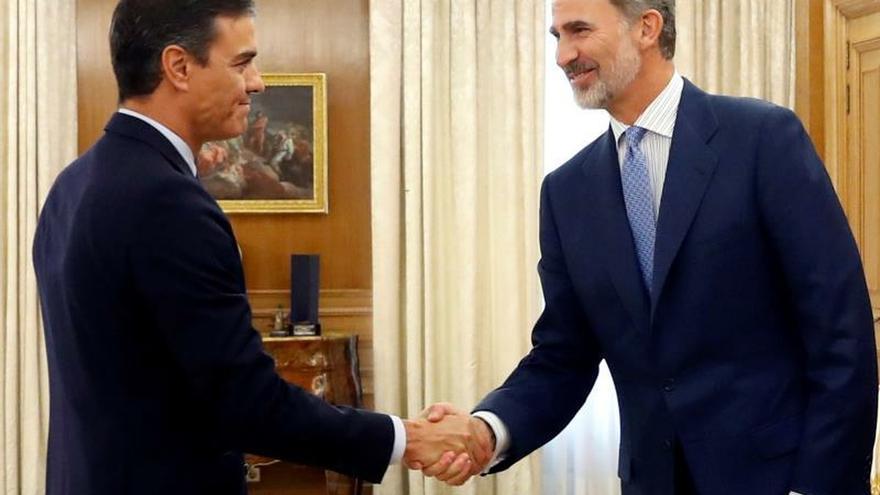 Pedro Sánchez y el rey se saludan antes de su reunión en la ronda de consultas.