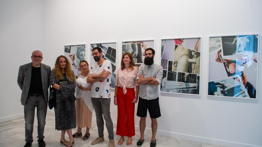 El director del CAAM Orlando Britto y la comisaria Marta Mantecón con las-os artistas de 'Anatomía de lo leve'