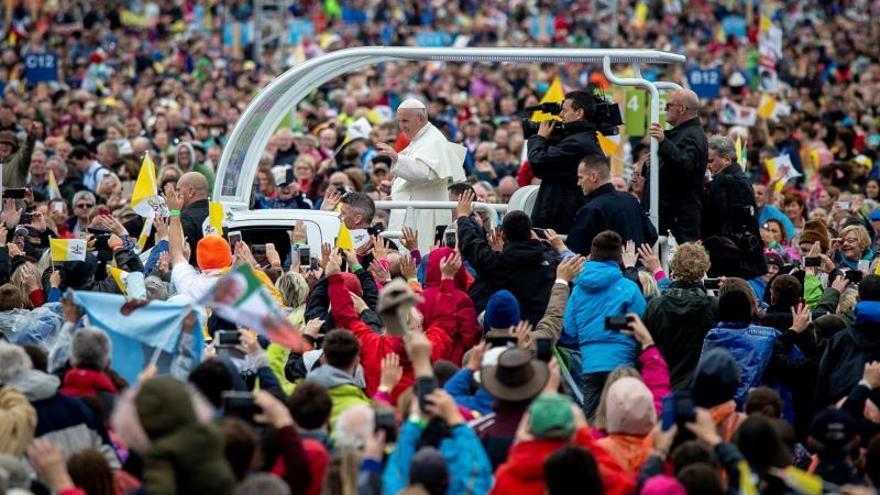 El papa pide perdón por todos los abusos en Irlanda antes de la misa de clausura del Encuentro de las Familias