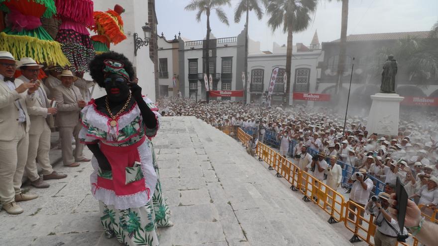 Llegada de la Negra Tomasa a la Plaza de España en presencia de las autoridades.