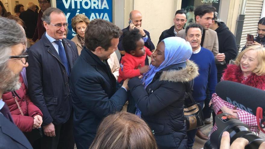 Pablo Casado, con una mujer migrante y su niña