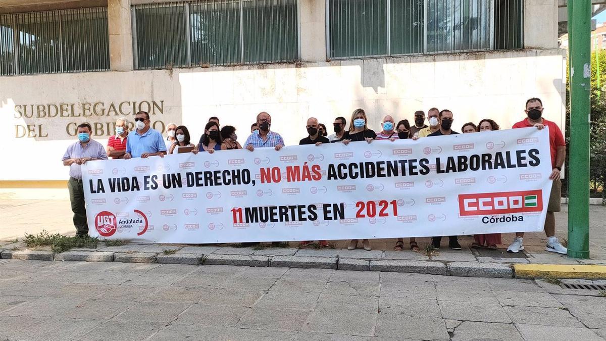 Los sindicatos CCOO y UGT se concentran a las puertas de las Subdelegación del Gobierno para mostrar su pesar por la undécima muerte en accidente laboral registrada en la provincia en 2021.