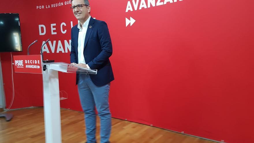 Diego Conesa compareciendo ante la prensa en la sede socialista de la calle Princesa